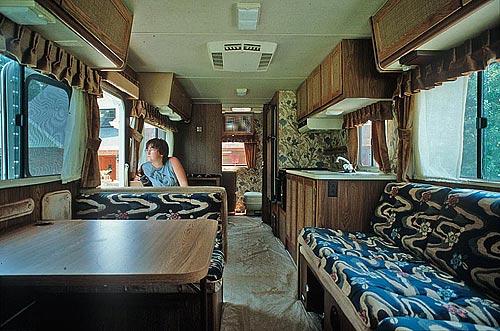Das Achtziger-Jahre-Ambiente im Wohnmobil. Man beachte auch den luxuriöse Folien-Bodenbelag...