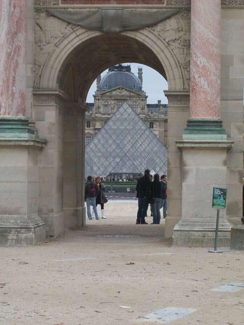"""mit einem Schuß: durch's """"Brandenburger Tor"""" Louvre mit Eingangs-Pyramide"""