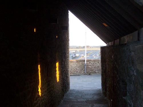 durch die Schießscharten der Mauer fällt das Sonnenlicht