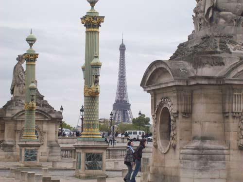 Blick auf den Eiffelturm vom Place de la Concorde