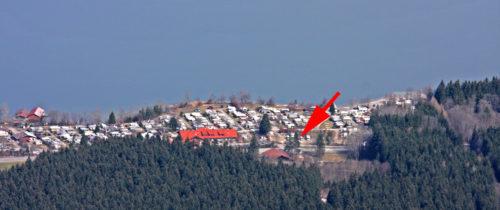 Blick vom Tegelberg auf den Camping- und Stellplatz. Beim roten Pfeil ist der Stellplatz.