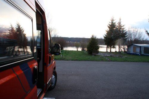Blick auf A8 und den Burgauer See