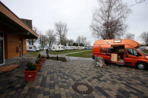 Blick auf Platz, Sanitäreinrichtungen und Frisch-/Abwasserstation