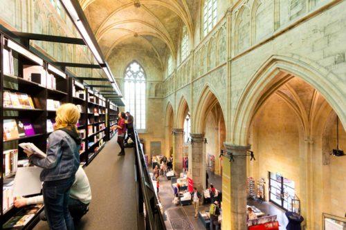 Bücherkirche in Maastricht. Zerstörungsfreie Stahlträgerkonstruktion.