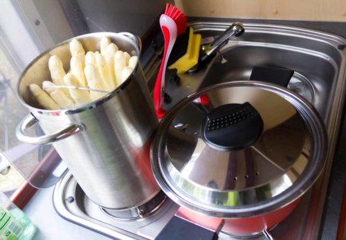 Der Spargeltopf muß hinten stehen, sonst paßt es vorne nicht mit den Kartoffeln