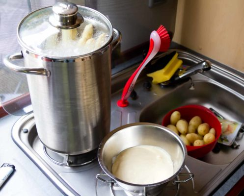 Die Kartoffeln sind fertig, noch schnell die Hollandaise warm machen