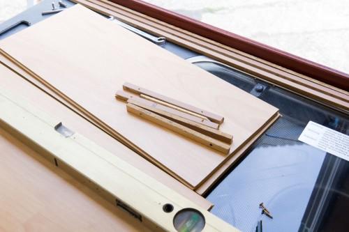 Laminatbretter haben genau die richtige Dicke, lagen noch im Keller und sind fast in der gleichen Farbe wie die Möbel im Pössl.