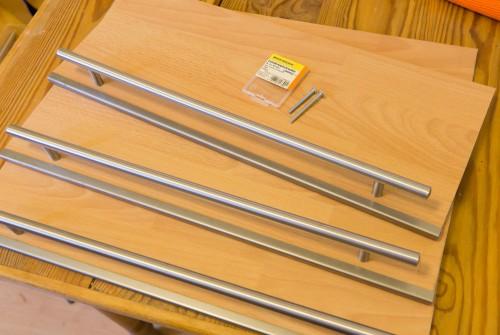 Die Reling ist ein IKEA-Lansa-Griff in 445 mm. Der Schrank ist 49 cm breit. Die kanten vorne bekommen ein schickes Stahlprofil