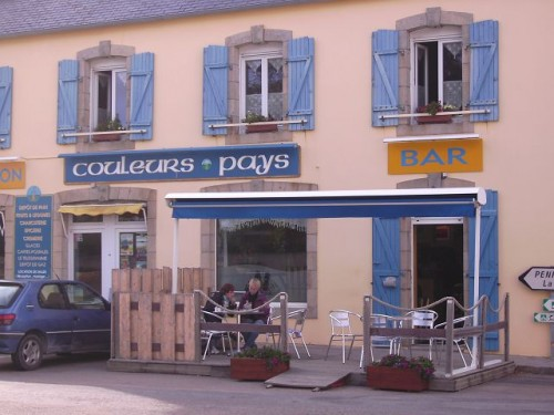 Bei Madam im Dorf gibt's alles: Baguette, Lebensmittel, Postkarten und nebenan in der Bar lecker Pastice und WLan. Das derzeitige Zentrum der Welt eben.