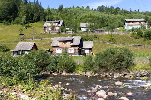 Den Berg runter entlang der Holzhäuser, die sich in den letzten Jahrzehnten kaum verändert haben. Satellitenschüsseln sind neu.