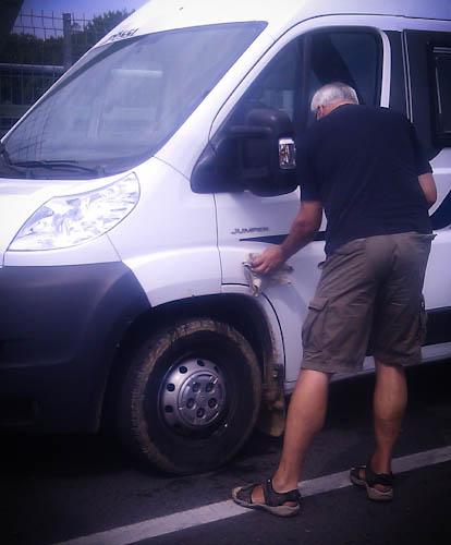 Übersprunghandlung: Vor lauter Langeweile werden Dreckspritzer am frisch geputzten Womo gereinigt