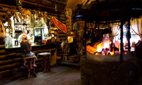 Holzfeuer in der Kolyba. Hier wird auch der Schaschlyk zubereitet