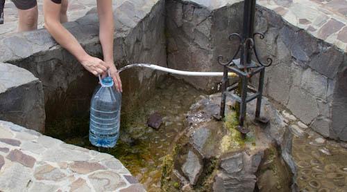 Frisches Trinkwasser nachfüllen, direkt aus der Quelle