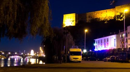 Kostenloser Wohmobil-Stellplatz in Huy, Belgien, nachts