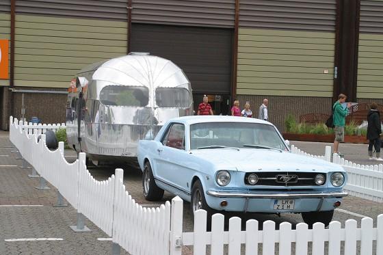 Traumpaar: Mustang und Airstream Caravan