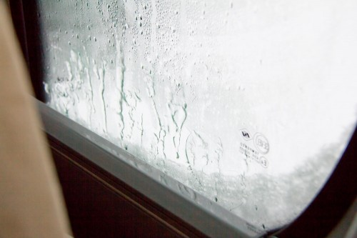 Links und rechts war das Kondenswasser hinter der Thermomatte eingefroren