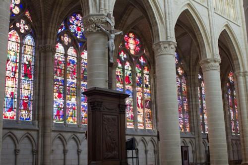Die Fenster in St. Ètienne, und die ungewöhnlichen Rundsäulen