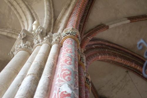 Freskenreste an den Säulendiensten