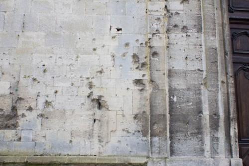 An der Kathedrale: nach den Zerstörungen des Ersten Weltkrieges wurde ein romanisches Löwenportal wiederentdeckt, das bei der Barockisierung als unmodern zugemauert wurde …