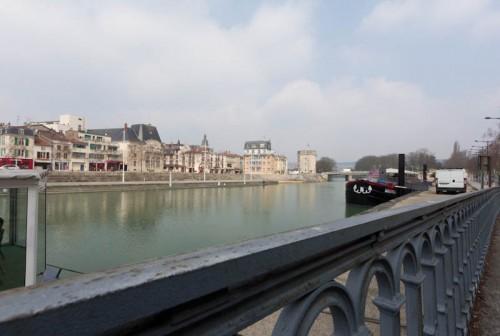 Blick über den Fluß auf Uferpromenade von Verdun