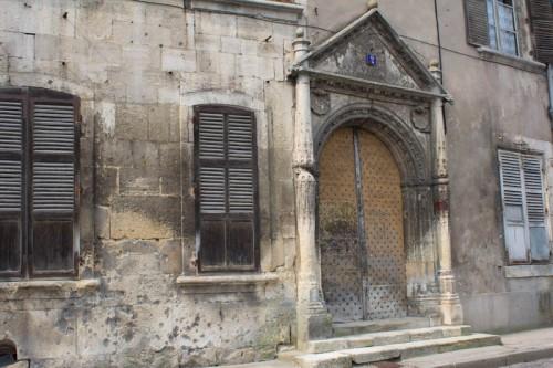 Viele historische Relikte in normalen Wohnhäusern. Und Einschußlöcher?