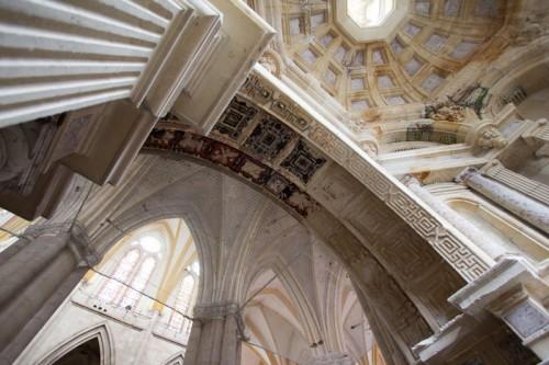 Kapellendecke und Freskenreste in Durchgang zum Seitenschiff