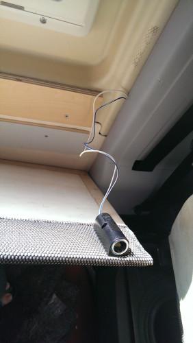 Eine weitere 12-Volt-Steckdose am Tisch/Fenster, um Kabelsalat unter dem Tisch zu vermeiden.
