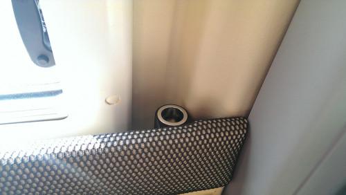 Schick, oder? In die Nische zwischen Verkleidung und Fenster findet das Tablet, das abends als Router dient seinen Platz