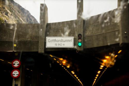 Einfahrt in den Gotthardtunnel – leicht getrübt von einem Schwarmüberfall auf der Autobahn. Er hat es wohl nicht überlebt