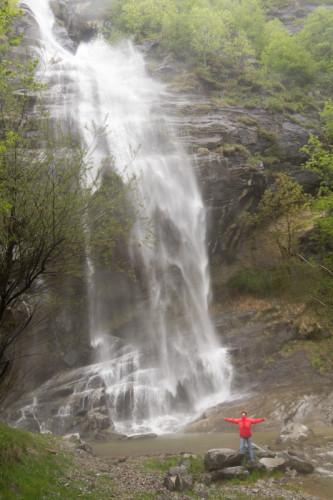 Wasser stürzt sich todesmutig die Berge runter, ich mich todesmutig in den Nebel.
