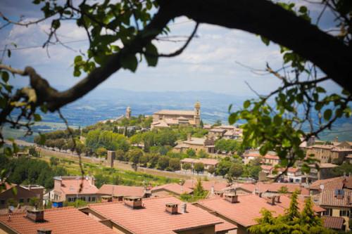 Montalcino. Der Reisemobil-Park- und Stellplatz liegt ganz oben auf dem Berg, etwas mühsam, aber liebevoll und man wird mit schönen Blicken auf die Stadt belohnt.