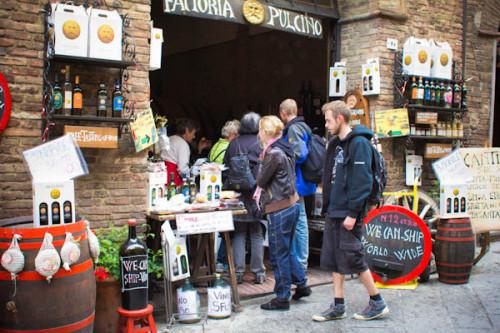 Montepulciano begrüßt den Besucher auf die altbekannte Art.