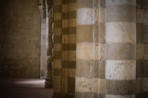 Dom von Sovana: gestreifte Säulen, ich nehme an aus Tuff. Alles andere wäre seltsam hier …