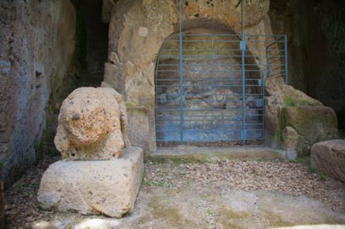 Etruskergrab, eins von dern kleineren.