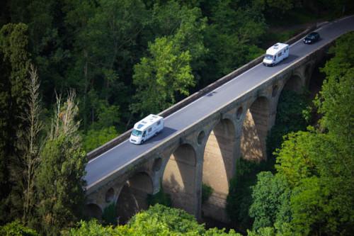 Blick nach unten aufs Viadukt, zufällig drei Womos bei der Anfahrt auf Pitigliano erwischt.