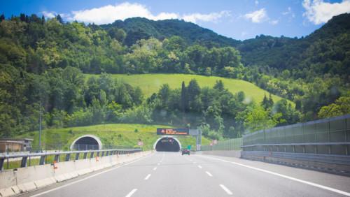 """Nach stundenlang nur """"Gegend"""" hinter Mailand endlich ein paar Hügel und viele Tunnel."""