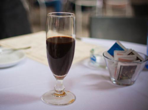 Das hier ist ein Caffé freddo, schmeckt wie drei Tage alter Espresso.