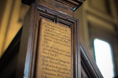 Bibliotheksregal mit Beschriftung