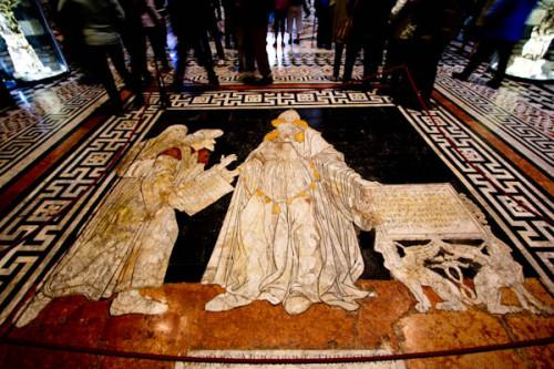 Eines von 56 bescheidenen Fußbodenmosaiken im Duomo