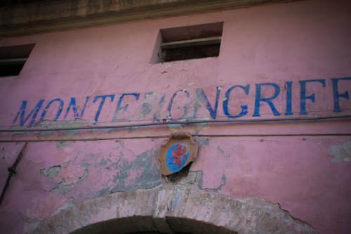 Die ehemalige Trattoria von Monterogriffone. Das Wappen ist immer das einzige am Haus, was poliert und in gutem Zustand ist.