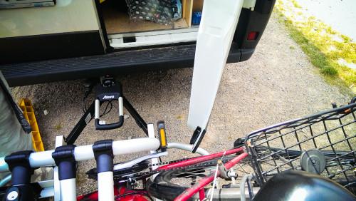 Wenns rechts paßt (Fahrrad muß noch versetzt werden), klemmt es links …
