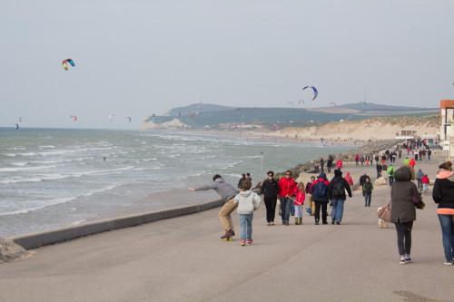 Die Strandpromenade von Wissant. Angenehme Atmosphäre, Blick auf die weiße Nase hinten