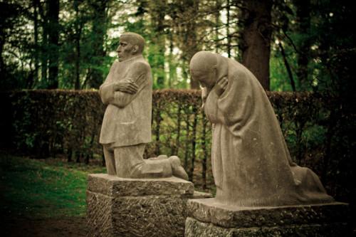 In 't Praetbos buiten Vladslo, op dat massagraf van soldaten, staan nu Käthe Kollwitz's beelden, van God en mens verlaten en ik ken geen heviger wereld, geen menselijker bede, dan die twee donkere stenen, die zo diepe schreien om vrede.