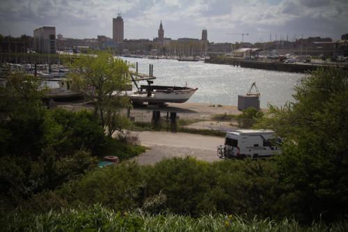 """In der Hafengegend überrascht uns ein Schild """"Womo-Stellplatz"""". Nicht die vertrauenerweckendste Gegend, aber im Sommer schön kurz zum Strand."""
