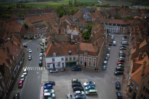 Blick aufs Rathaus von Bergues und …