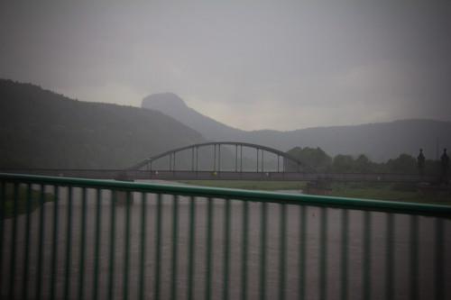 Geheimnisvoller Tafelberg mit Elbe im Regen