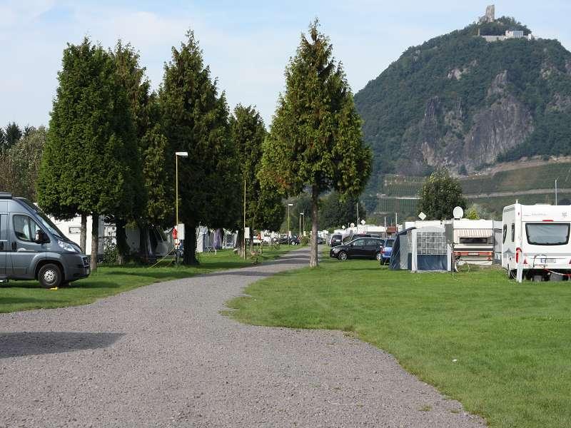 die rechte Seite ist dem Flußufer zugewand. Die ersten 10 Plätze für Wohnmobile, danach folgen die Dauercamper.