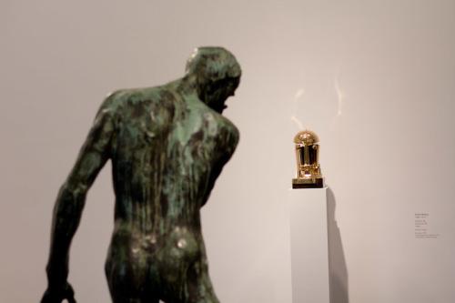 Rodins Skulptur und ein R2D2-artiger Kopf von Rudolf Belling im Zwiegespräch