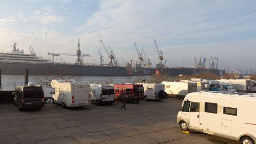 Womo-Stellplatz Hamburg an den Landungsbrücken, mit Blick auf Hafendocks