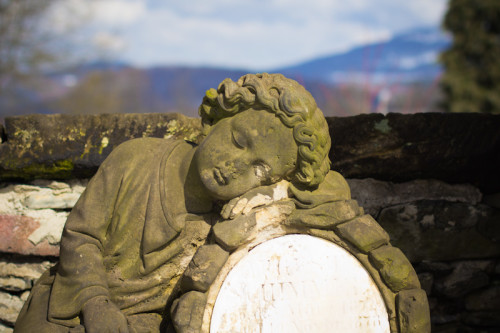 Der alte Friedhof in Steinschönau hat eine großartige Aussicht ins Land im Rücken der Engel.